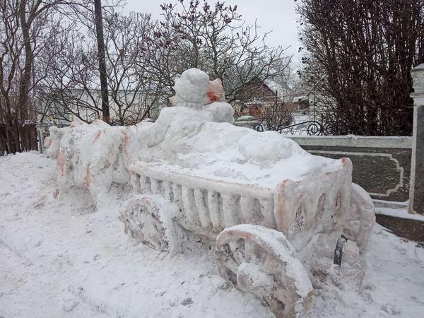 На Звенигородщині майстер виготовив оригінальну фігуру зі снігу